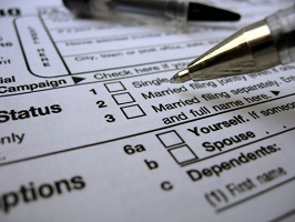 A pen hovers over the marital status section of a tax form.